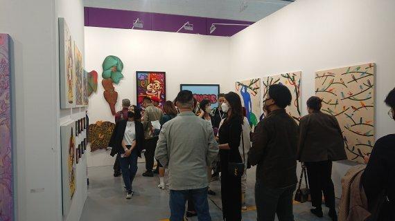 13일 KIAF2021 갤러리 스탠 부스에 방송인 노홍철이 방문해 작품 구매에 대한 문의를 하고 있다. /사진=박지현 기자