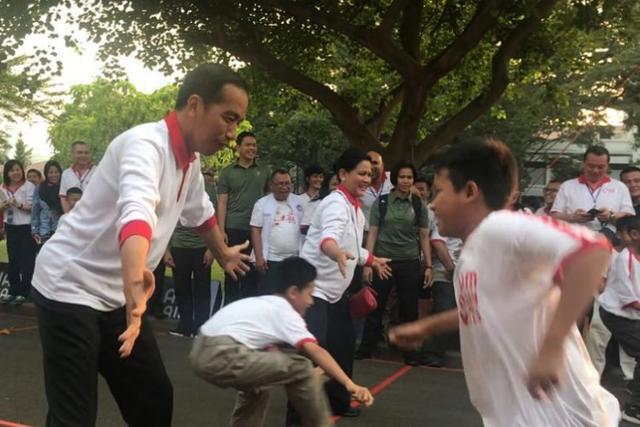 조코 위도도(왼쪽) 인도네시아 대통령 부부가 아이들과 오징어게임과 비슷한 고박 소도르를 하고 있다. 콤파스닷컴 캡처