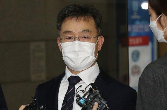 대장동 의혹의 핵심 인물인 김만배 전 기자. 지난 12일 검찰 조사를 받은 뒤 기자들의 질문에 답하고 있다. [연합뉴스]
