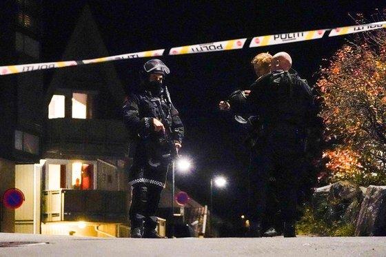 무장한 경찰이 범행이 벌어진 콩스베르그 지역을 수사하고 있다. 연합뉴스