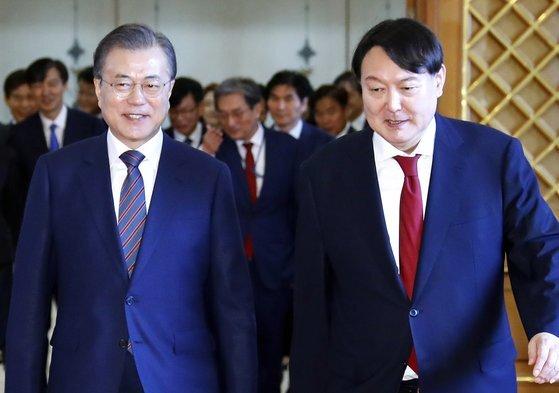 2019년 7월 25일 문재인 대통령은 윤석열을 검찰총장에 임명했다. 서울중앙지검장이 된 지 두 달 만이다. 연합뉴스