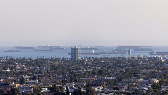 지난 9월 29일 미국 캘리포니아주 롱비치항 연안에서 하역을 기다리며 정박해 있는 컨테이너선들의 모습. [로이터=연합뉴스]