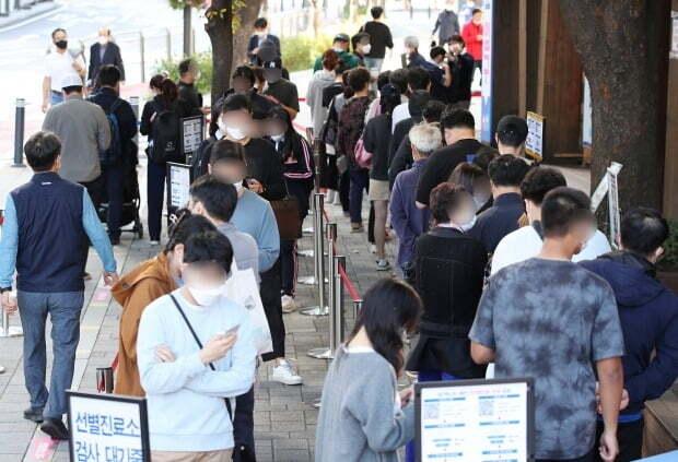 서울 송파구보건소에 마련된 신종 코로나바이러스 감염증(코로나19) 선별진료소를 찾은 시민들이 검사를 위해 대기하고 있다. /사진=뉴스1