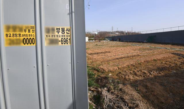 경기도 광명 노온사동 일대에 부동산 광고물이 게시돼있다. 광명=권현구 기자