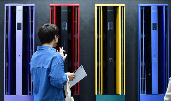 탄소중립 엑스포 관람객이 정보통신기술(ICT)을 접목해 고효율 제품으로 재탄생한 에어컨을 살펴보고 있다. 탄소중립을 향한 발걸음에는 가전제품도 중요한 부분을 차지한다.