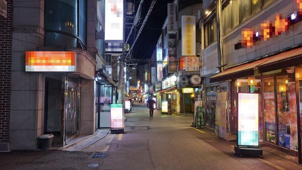 지난 13일 오후 9시께 서울 광진구 건대입구역 인근의 한 골목. 대체로 한산한 분위기 속에 손님이 한 명도 없는 매장도 곳곳에서 포착됐다. [이상현 기자]
