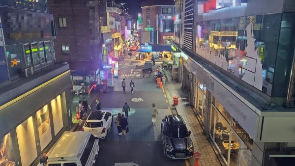 지난 13일 오후 9시께 서울 광진구 건대입구역 인근의 한 골목. 코로나19 확산 이전보다 거리가 한산한 모습이다. [이상현 기자]