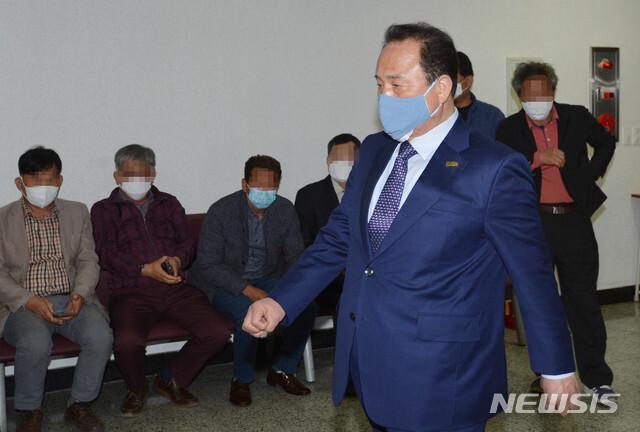 [대구=뉴시스] 이무열 기자 = 관급공사 수주 대가로 뇌물을 수수한 혐의로 기소된 김영만 경북 군위군수가 3일 오전 2차 공판에 참석하기 위해 대구지방법원에 들어서고 있다. 2020.04.03. lmy@newsis.com