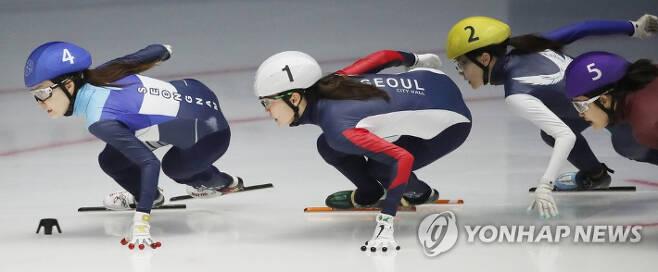 8일 서울 노원구 태릉빙상장에서 열린 2021-2022시즌 쇼트트랙 국가대표 2차 선발대회 여자부 1500m 결승. 이유빈(노란색 모자), 최민정(파란색 모자), 심석희(흰색 모자) 등 선수들이 질주하고 있다.
