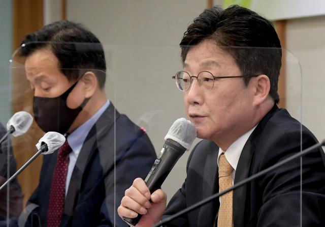 국민의힘 대권 주자인 유승민 전 의원(오른쪽)이 지난 12일 오후 서울 중구 한국프레스센터에서 열린 한국기자협회 주최 국민의힘 유승민 전 국회의원 초청 토론회에서 질의에 답하고 있다./국회사진기자단 2021.10.12