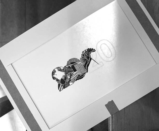 국동완 작가의 '회광반조'. 활자 뒤의 빛이 글자 위에 그림을 그리는 작가를 비춘다. ⓒ국동완 제공