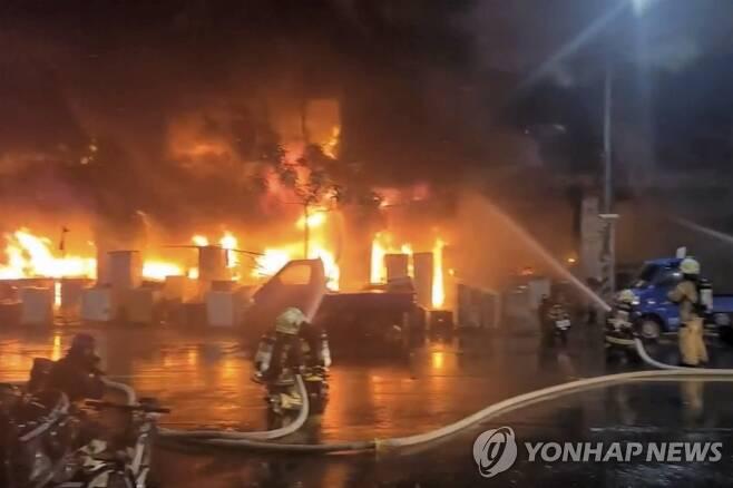 불 난 대만 가오슝 주상복합건물…9명 사망·44명 부상 (가오슝 AP=연합뉴스) 14일 대만 남부 가오슝의 13층짜리 주상복합건물에서 소방대원들이 화재진압을 벌이고 있다. 소방당국은 120가구가 거주하는 이 건물에 불이 나 9명이 숨지고 44명이 부상했다고 밝혔다. [EBC 제공 영상 캡처. 판매·DB 금지] sungok@yna.co.kr