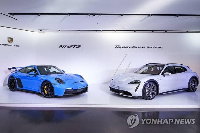 포르쉐, 타이칸 크로스 투리스모·911 GT3 국내 출시 (서울=연합뉴스) 14일 국내 공식 출시된 포르쉐코리아 '타이칸 크로스 투리스모'(오른쪽)와 신형 '911 GT3'. 2021.10.14      [포르쉐코리아 제공. 재판매 및 DB 금지] photo@yna.co.kr