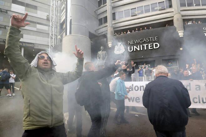 뉴캐슬 유나이티드가 사우디아라비아 국부펀드(PIF) 컨소시엄에 인수됐다는 소식이 전해지자 뉴캐슬 서포터스들이 홈구장 앞에서 기뻐하고 있다. 사진=AP PHOTO