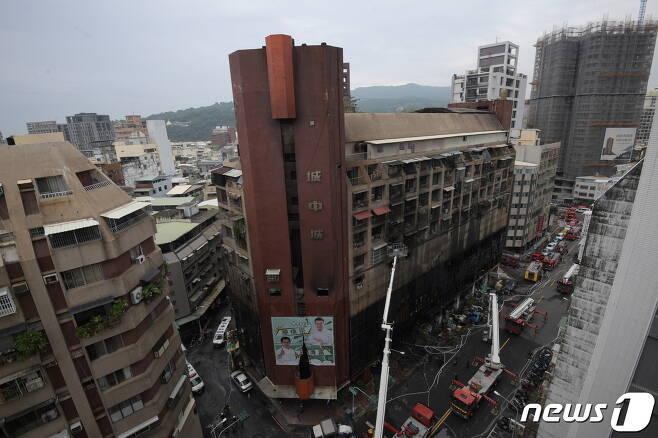 2021년 10월 14일(현재시간) 화재가 발생한 대만 가오슝 소재 13층 주상복합건물에서 진화 후 구족작업이 이뤄지는 모습. © 로이터=뉴스1 © News1 최서윤 기자