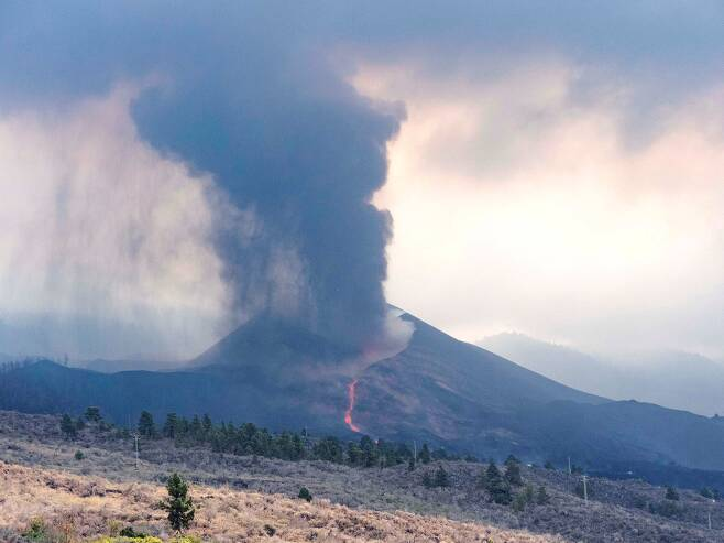 지난 10일 촬영된 라팔마섬의 화산 분출 장면. /EPA 연합뉴스