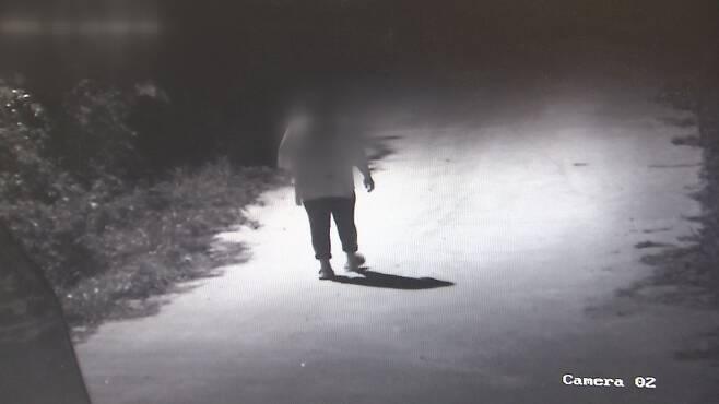 남자친구 A 군의 말에 속아 사건 현장으로 홀로 걸어 내려가는 피해자의 모습이 담긴 CCTV 화면. 전남 화순경찰서 제공