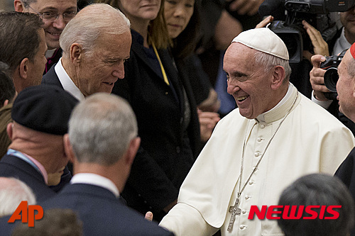【바티칸=AP/뉴시스】프란치스코 교황이 지난 2016년 4월 바티칸을 방문한 당시 부통령이던 조 바이든을 만나 악수하고 있다. 바이든 부통령은 카톨릭이며 지난해 봄 아들을 암으로 잃었다. 2016. 4. 29.