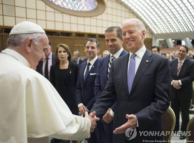 2016년 4월 부통령 시절 바티칸서 프란치스코 교황 만난 바이든 [EPA=연합뉴스 자료사진. 재판매 및 DB 금지]