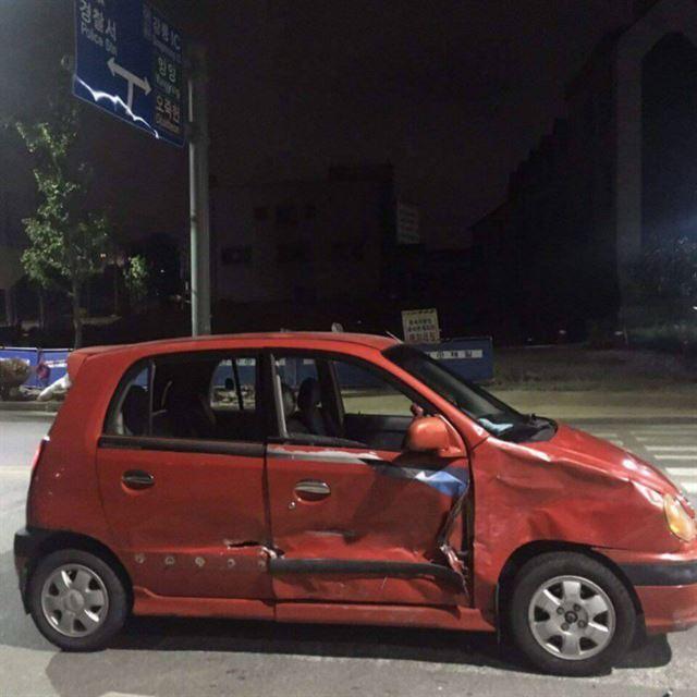 바이크와 추돌한 비스토 차량은 우측 앞문이 크게 파손돼 당시 충격을 짐작해 볼 수 있다.