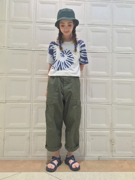 32a8df64917 아미룩(Army Look)의 대표 스타일링, 여자카고바지코디