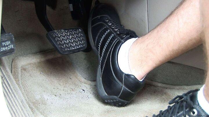 브레이크 밟았을 때 스펀지 느낌이 들때  원인과 점검해야할 부분은?