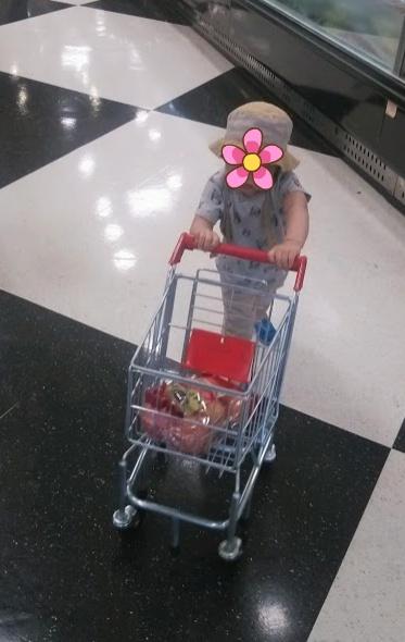 유아 쇼핑카트로 장보기