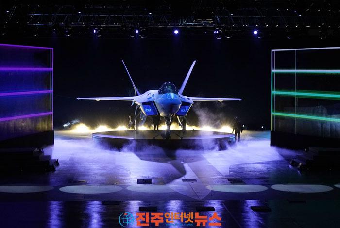 한국항공우주산업㈜(KAI)은 지난 9일 경남 사천에서'한국형전투기(KF-21) 시제기 출고식'을 개최..시제기는'KF-21 보라매'라는 새 이름으로 명명..21세기 한반도를 수호할 국산전투기