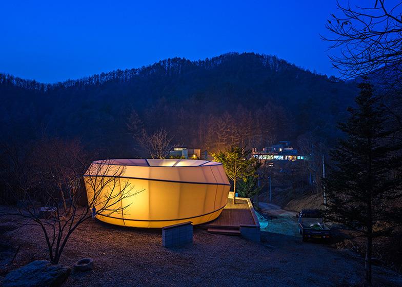 *글램핑 텐트, 자연을 만나다 [ ArchiWorkshop ] Glamping tents shaped like worms and doughnuts