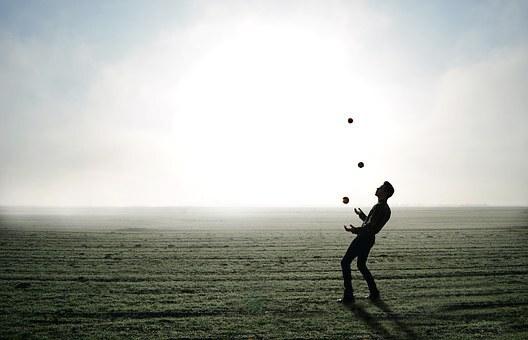 인생은 다섯개의 공을 가지고 하는 저글링