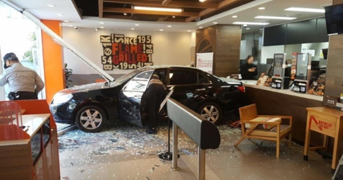"""""""브레이크로 착각"""" 70대 운전자 차량 햄버거 가게 돌진"""