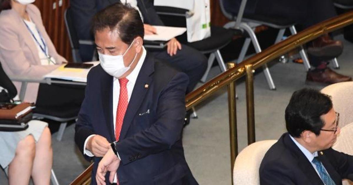 '통합당 불참' 예결위 회의장에 홀연히 나타난 박진