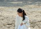 신민아, 해변에서 흰색 치마 입고 여신 포스..감출 수 없는 청순미