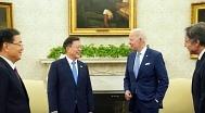 문대통령, G7서 바이든·스가와 조우..바이든