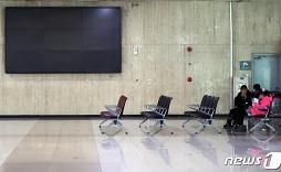 코로나19 발생 1년..불꺼진 김포국제공항 전광판