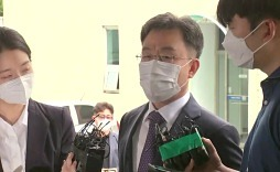 '화천대유' 대주주 김만배 3시간째 경찰 조사..