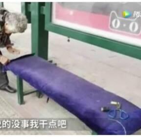 [김동환의 월드줌人] '따뜻한 데서 버스 기다리세요'..정류장에 커버 씌우는 할머니