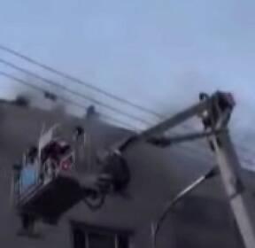 다세대주택 덮친 불..옥상에서 로프 내려 일가족 구조