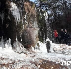 전국이 영하권..'북한산 계곡이 꽁꽁'