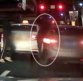 [단독] '발 벗고 도운 시민들'..차량 탈출 성공