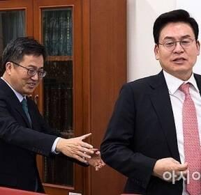 [포토] 자유한국당 찾아간 김동연 부총리
