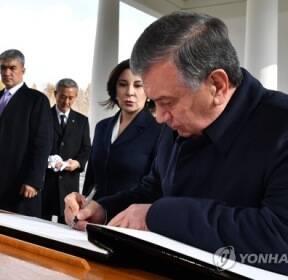 방명록 서명하는 미르지요예프 우즈벡 대통령