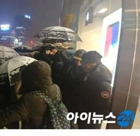"""[르포]눈보라 속 아이폰X 구매행렬..""""기념작 꼭 사야"""""""