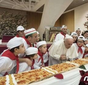 81번째 생일 맞은 교황..생일상은 '4m 피자'