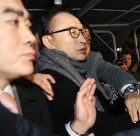'구속하라'는 항의에 깜짝 놀라는 MB