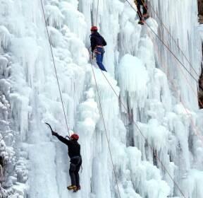 [서소문사진관]혹한을 기다려온 사람들, 빙벽을 오르는 클라이머