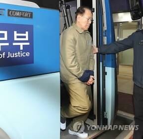 호송차에서 내리는 김백준