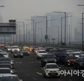 [포토]회색 하늘 아래 출근길 차량