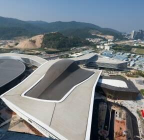 〔안정원의 건축 칼럼〕 도시의 리본을 개념화한 컨벤션시설과 조합된 유기적인 복합건축 2