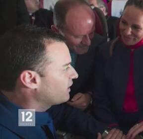 교황, 비행 중 결혼식 주재..승무원 부부 축복